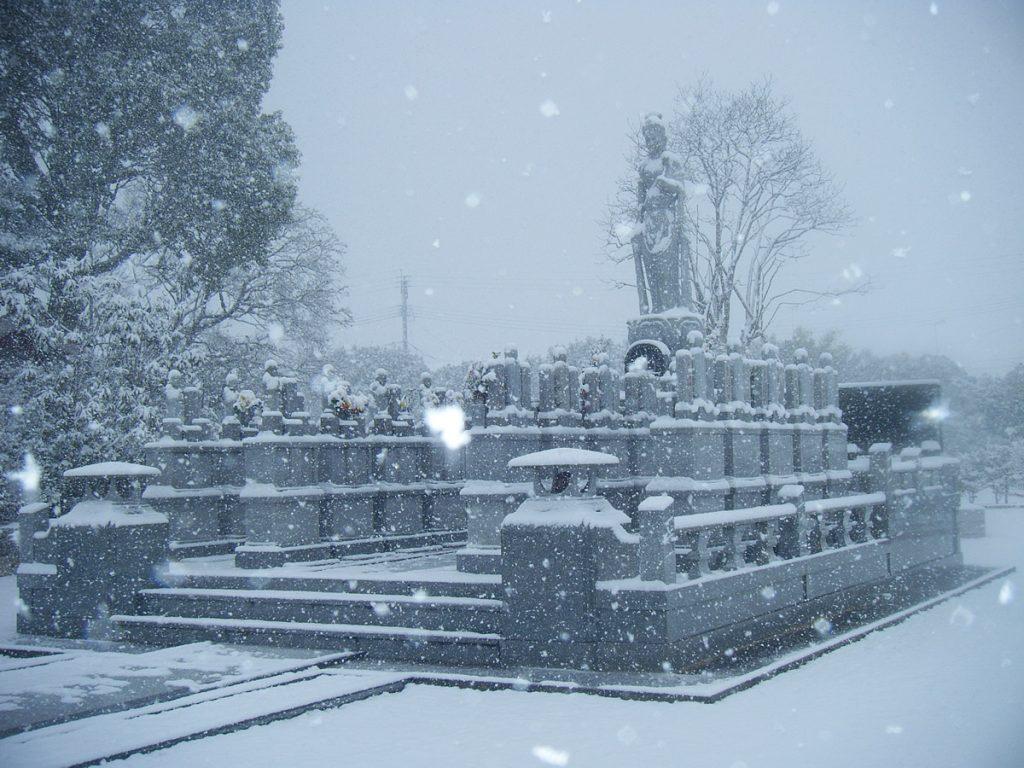 冬の永代供養塔