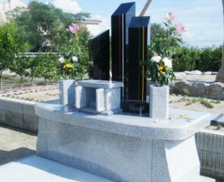 三本の線香に見立てた石碑